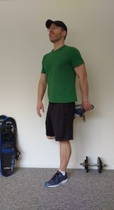 standing quad stretch demonstration : stretches for snowshoeing