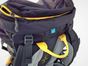 H2O hose port with shoulder strap loops will keep your hydration pack within reach.