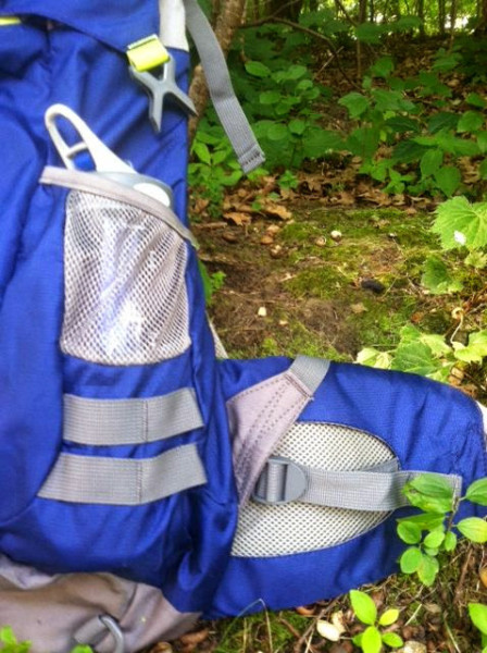 Stargazer's pocket (2 of them!) completely envelopes a 32 oz bottle. Also note the comfortable size of the waist pad.